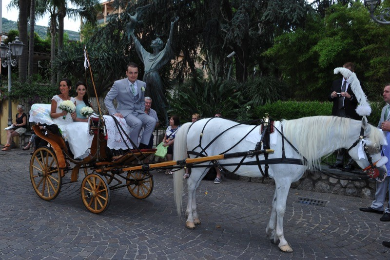 Italian wedding destination bride in horse drawn carriage in Sorrento, Italy| Planner: Venice Events | via https://emmalinebride.com/real-weddings/italian-weddings-destination/