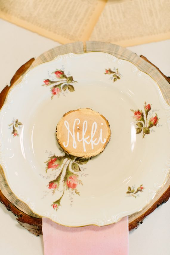 Place settings made of wood - Photo by Haley Rynn Ringo | via Wood Themed Wedding Ideas: https://emmalinebride.com/themes/wood-themed-wedding-ideas/