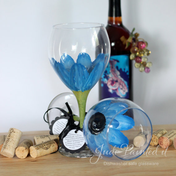 true blue daisy wine glass