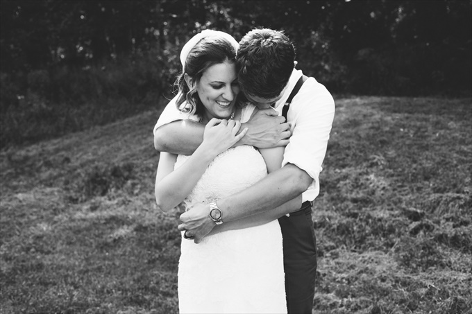 Rustic Barn Wedding in the Catskill Mountains | https://emmalinebride.com/real-weddings/rustic-barn-wedding-catskill-mountains/ | photo: Stephanie Naru Photography