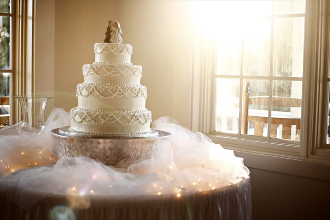 Carlyle House wedding cake | Sarah + JJ's Pretty Wedding at 173 Carlyle House | https://www.emmalinebride.com/real-weddings/pretty-wedding-173-carlyle-house/ | photo: Melissa Prosser Photography - Atlanta Georgia Wedding Photographer