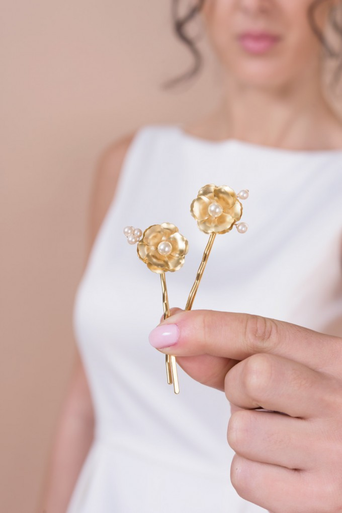 gold bobby pins by Bridal Ambiance | bridal veil alternative via https://emmalinebride.com/bride/bridal-veil-alternatives/ ‎ | any hairstyle