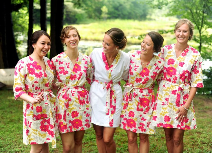 bridesmaid robe for getting ready | by modern kimono | photo: justine johnson photography | https://emmalinebride.com/2016-giveaway/robe-for-getting-ready/