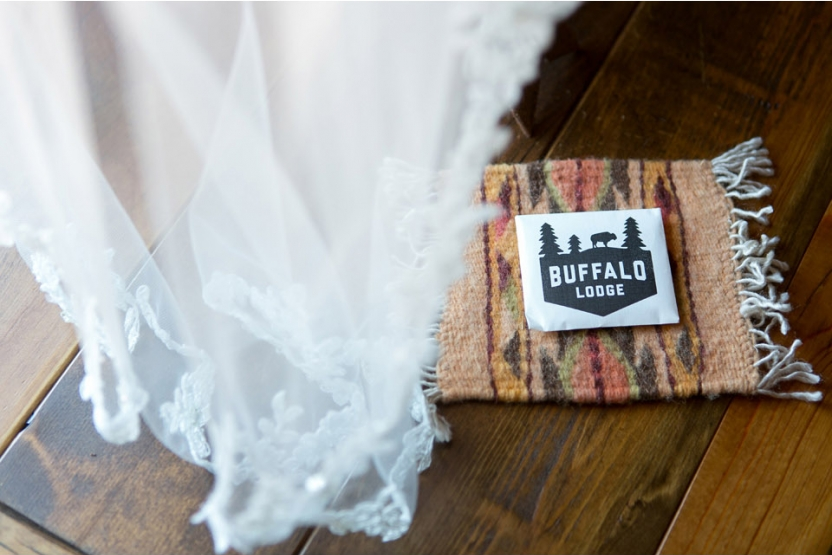 buffalo lodge wedding A Kansas City Wedding at the Buffalo Lodge (Rustic Weddings)| Kansas City Buffalo Lodge Weddings| http://www.emmalinebride.com/real-weddings/a-kansas-city-wedding-at-the-buffalo-lodge-rustic-weddings/| Photo: Jana Marie Photography