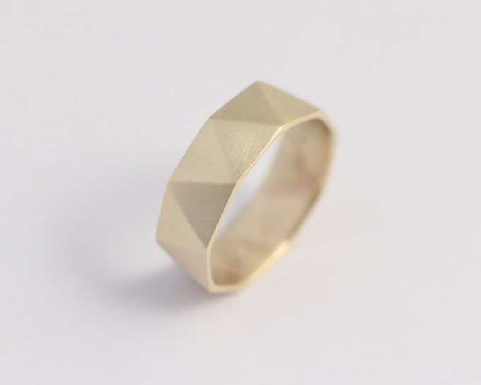 gold geometric wedding band in gold