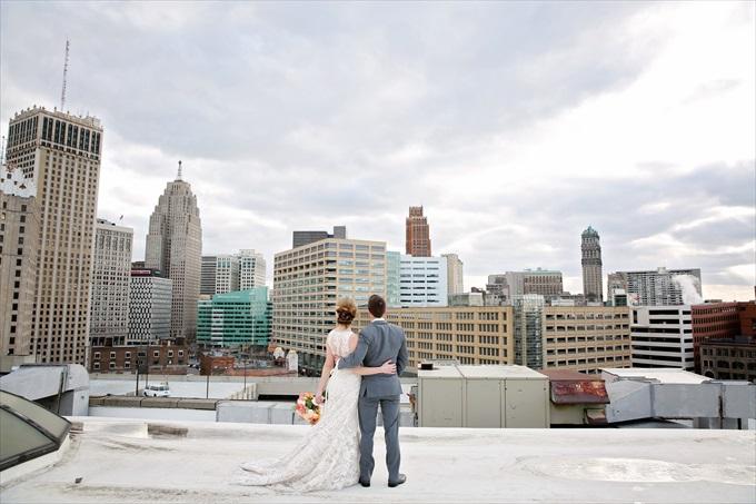 bride_groom_rooftop_detroit_wedding_skyline