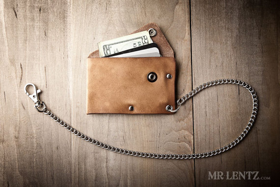 leather chain wallet | via 40+ Best Leather Groomsmen Gifts for Weddings | https://emmalinebride.com/gifts/leather-groomsmen-gifts/