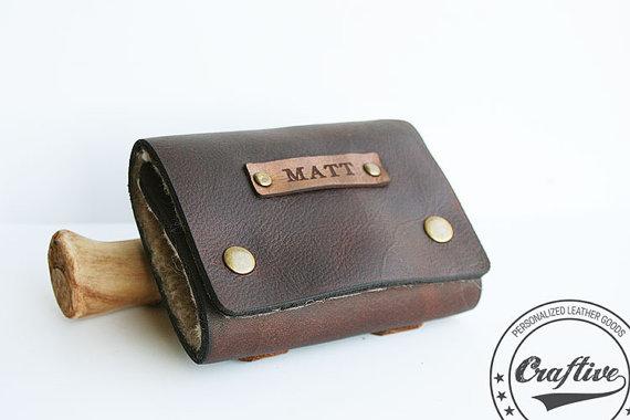 leather fishing flies wallet | via 40+ Best Leather Groomsmen Gifts for Weddings | https://emmalinebride.com/gifts/leather-groomsmen-gifts/