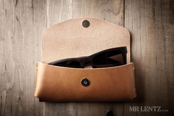 leather sunglasses case for groomsmen | via 40+ Best Leather Groomsmen Gifts for Weddings | https://emmalinebride.com/gifts/leather-groomsmen-gifts/