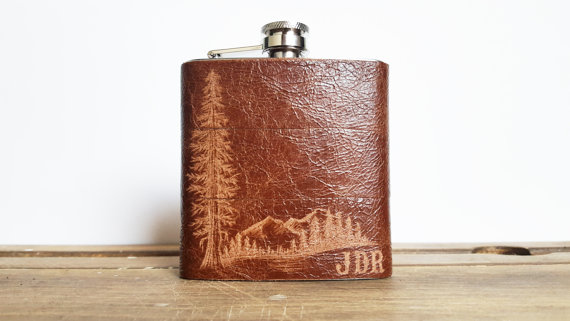 mountain leather flask by hord | via 40+ Best Leather Groomsmen Gifts for Weddings | https://emmalinebride.com/gifts/leather-groomsmen-gifts/