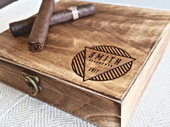 I love these engraved custom cigar boxes for groomsmen gifts! by Swanky Badger. | https://emmalinebride.com/wedding/cigar-boxes-groomsmen/