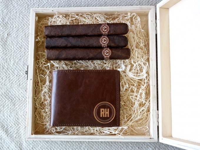 I love these engraved custom cigar boxes for groomsmen gifts! by Swanky Badger Design. | https://emmalinebride.com/wedding/cigar-boxes-groomsmen/