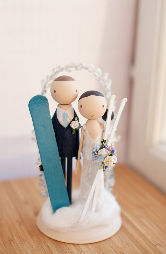 skiing cake topper |  via couple cake toppers for weddings https://emmalinebride.com/wedding/couple-cake-toppers/ ‎