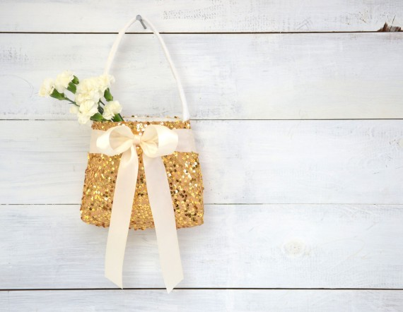 8 Creative Flower Girl Basket Ideas | https://emmalinebride.com/ceremony/flower-girl-basket-ideas/