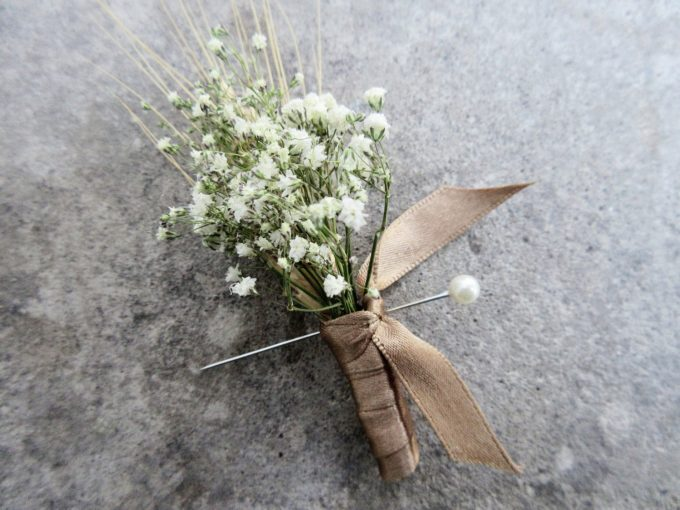 Baby's Breath Boutonniere - 100 Ways to Save Money on Your Wedding | via Emmaline Bride | http://bit.ly/2dtrgoW