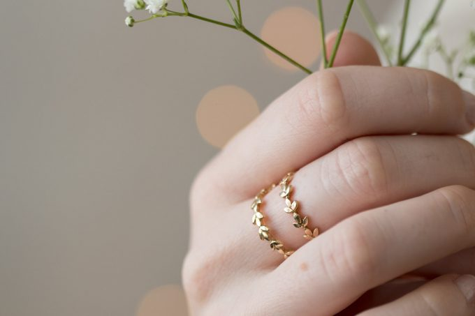 vine wedding band | http://bit.ly/2tkcycz