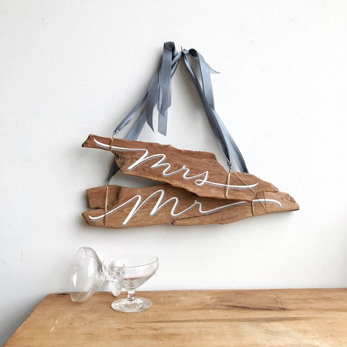 mr and mrs driftwood chair signs via https://bit.ly/2rT50dT