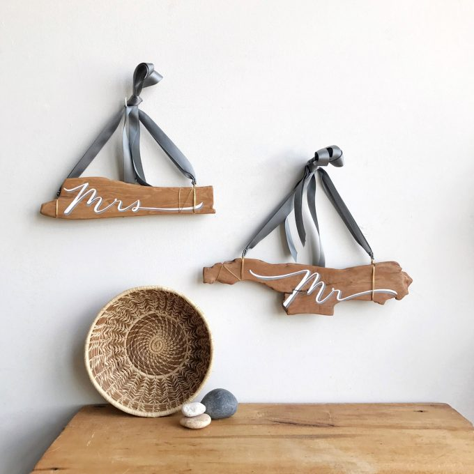 driftwood chair signs via http://bit.ly/2rT50dT