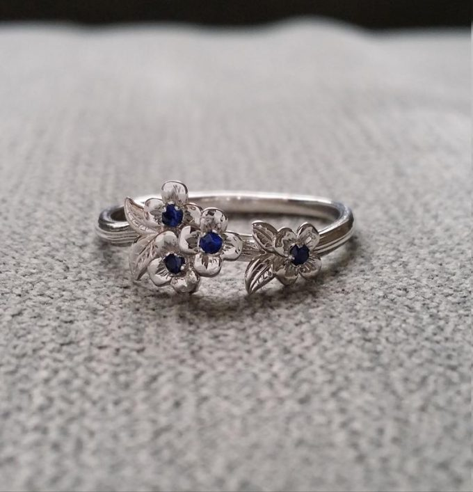 blue sapphire ring white gold