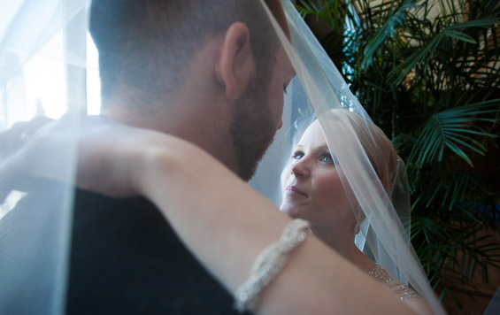 bride and groom under veil - Crystal Tea Room Wedding - photo: Daniel Fugaciu Photography | via https://emmalinebride.com