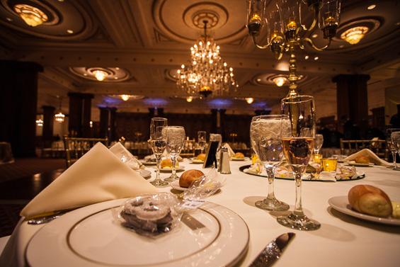 reception table settings and decorations at Crystal Tea Room Wedding - photo: Daniel Fugaciu Photography | via https://emmalinebride.com