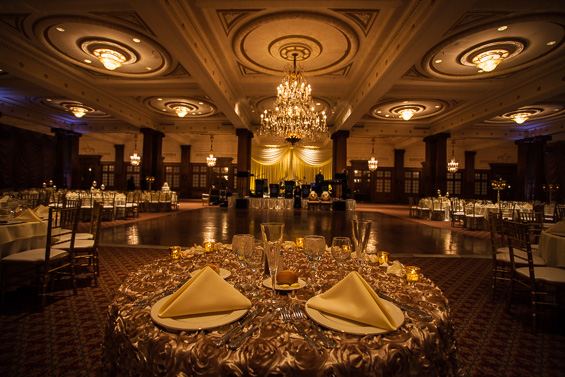 sweetheart table at Crystal Tea Room Wedding - photo: Daniel Fugaciu Photography | via https://emmalinebride.com