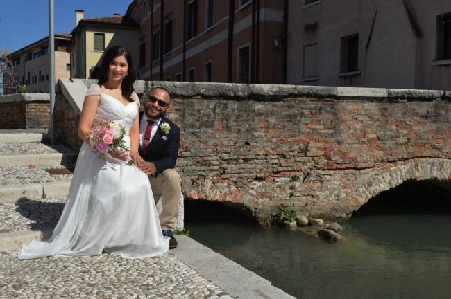 bride and groom along Italian canal | Planner: Venice Events | via https://emmalinebride.com/real-weddings/spring-wedding-in-italy-andre-shona/