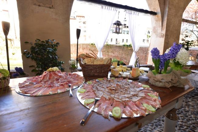 spring wedding in Italy reception food | Planner: Venice Events | via http://emmalinebride.com/real-weddings/spring-wedding-in-italy-andre-shona/