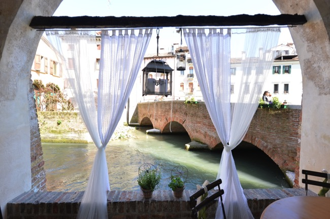 Spring wedding in Italy overlooking canal | Planner: Venice Events | via https://emmalinebride.com/real-weddings/spring-wedding-in-italy-andre-shona/