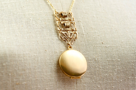 antique locket | bridesmaid gift ideas https://emmalinebride.com/gifts/bridesmaid-gift-ideas/