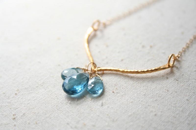 blue gemstone necklace | via 10 NEW Something Blue Ideas | https://emmalinebride.com/bride/new-something-blue/