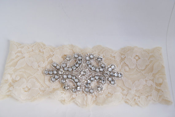 bridal lace garter via Where to Measure for a Garter from EmmalineBride.com