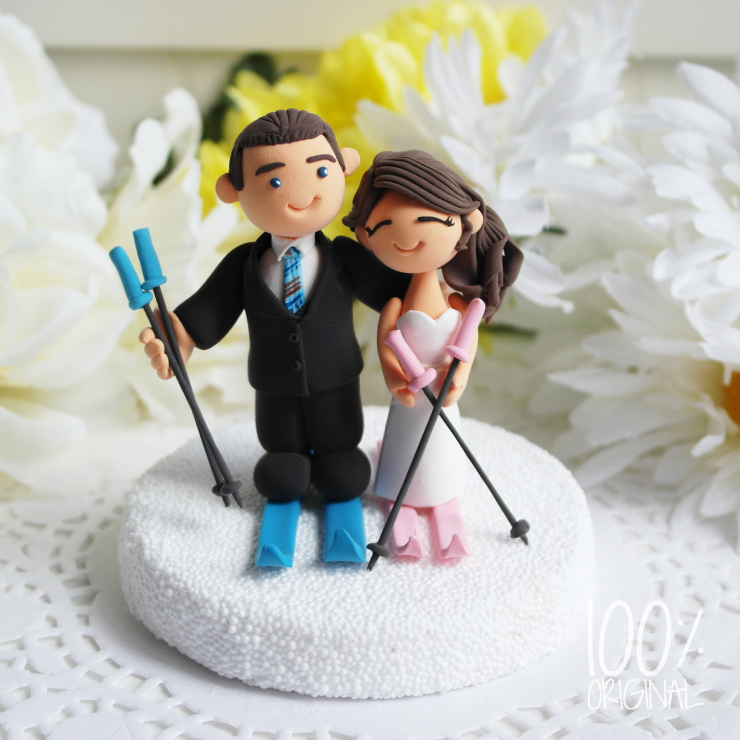 cake topper skiing couple - 9 Adorable Custom Made Cake Toppers via https://emmalinebride.com/decor/custom-made-cake-toppers/