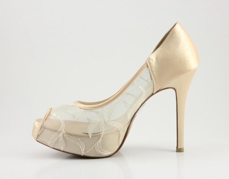 champagne lace pumps | via 31 Best Handmade Wedding Shoes https://emmalinebride.com/bride/handmade-wedding-shoes/