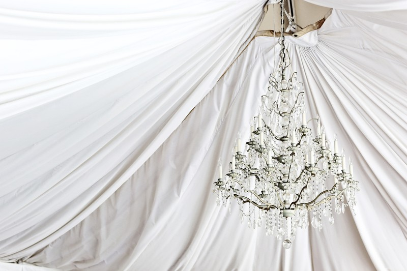 Chandelier in the ceremony / reception tent | Photographer: Melissa Prosser Photography | via https://emmalinebride.com/real-weddings/colleen-ryans-lovely-savannah-wedding-at-the-mansion-on-forsyth-park