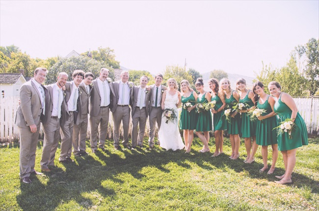 The entire wedding party | Photo: Searching for the Light Photography LLC | via https://emmalinebride.com/real-weddings/colorado-chic-wedding-kendall-brian/