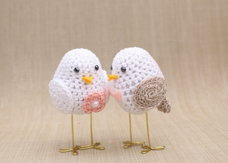 love birds cake toppers made of crochet | via https://emmalinebride.com/cake/bird-cake-toppers-crochet/