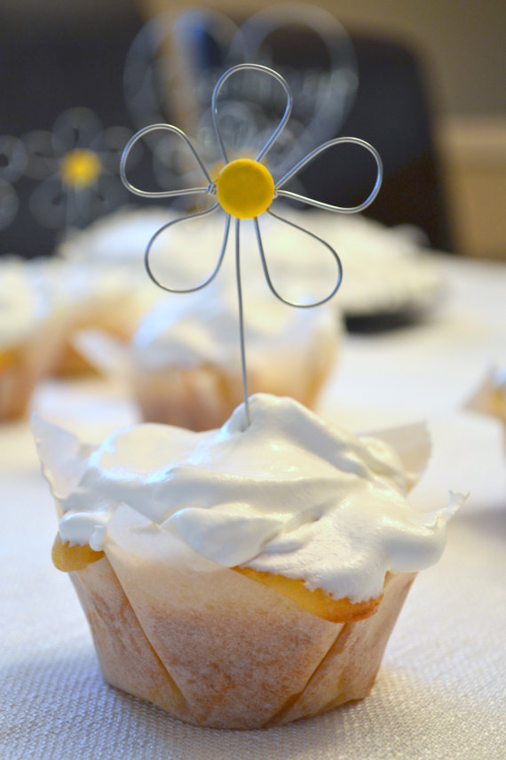 cute wire daisy cupcake toppers | daisy ideas theme weddings