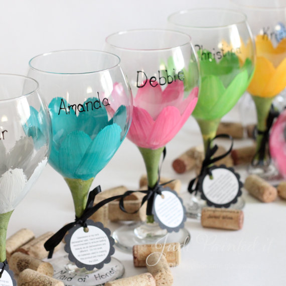 daisy wine glasses via 8 Creative Wedding Drink Glasses