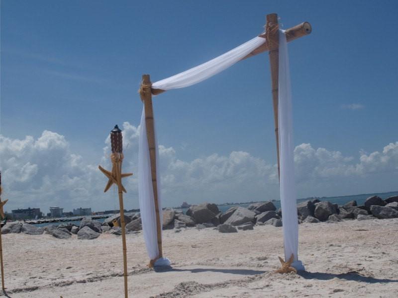 diy beach wedding arch | Best DIY Wedding Projects via https://emmalinebride.com/decor/best-wedding-diy-projects/