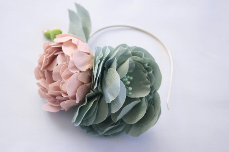 diy fabric flower headband | Best DIY Wedding Projects via http://emmalinebride.com/decor/best-wedding-diy-projects/
