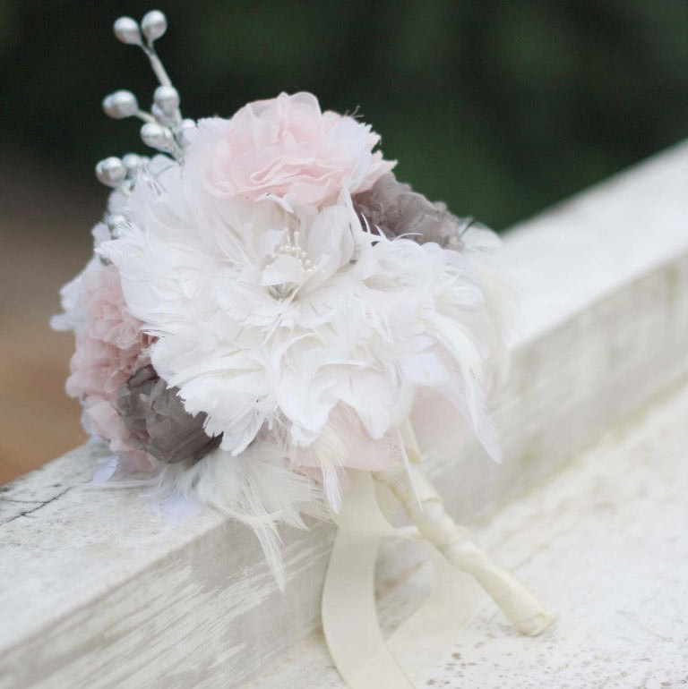 diy feather bouquet  | Best DIY Wedding Projects via https://emmalinebride.com/decor/best-wedding-diy-projects/