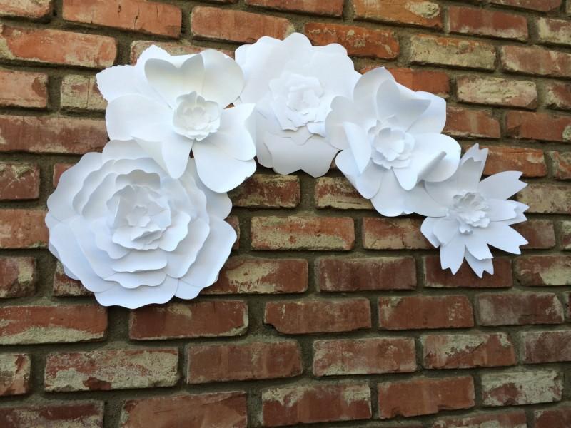 paper flower backdrop | Best DIY Wedding Projects via https://emmalinebride.com/decor/best-wedding-diy-projects/