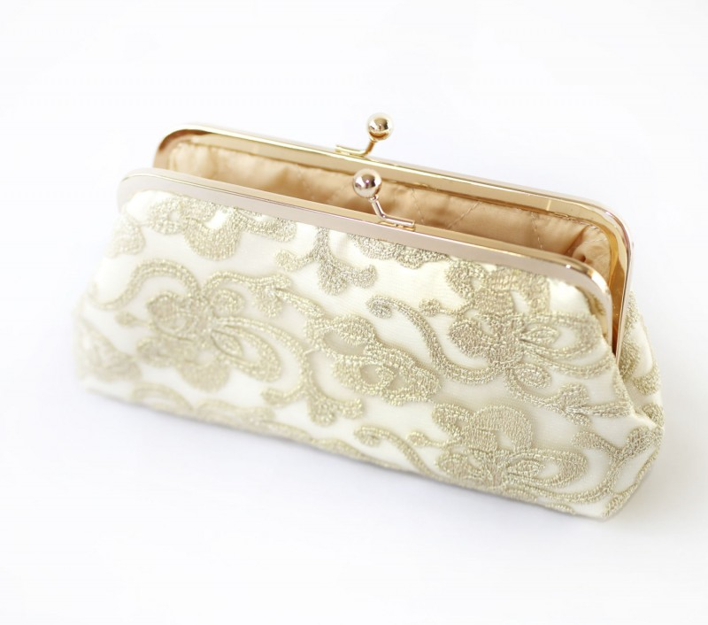 floral lace wedding clutch purse | https://emmalinebride.com/vintage/floral-lace-wedding/