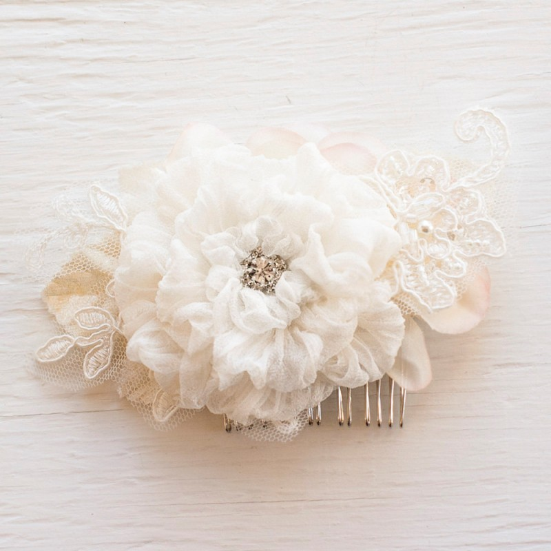 floral lace hair comb | https://emmalinebride.com/vintage/floral-lace-wedding/