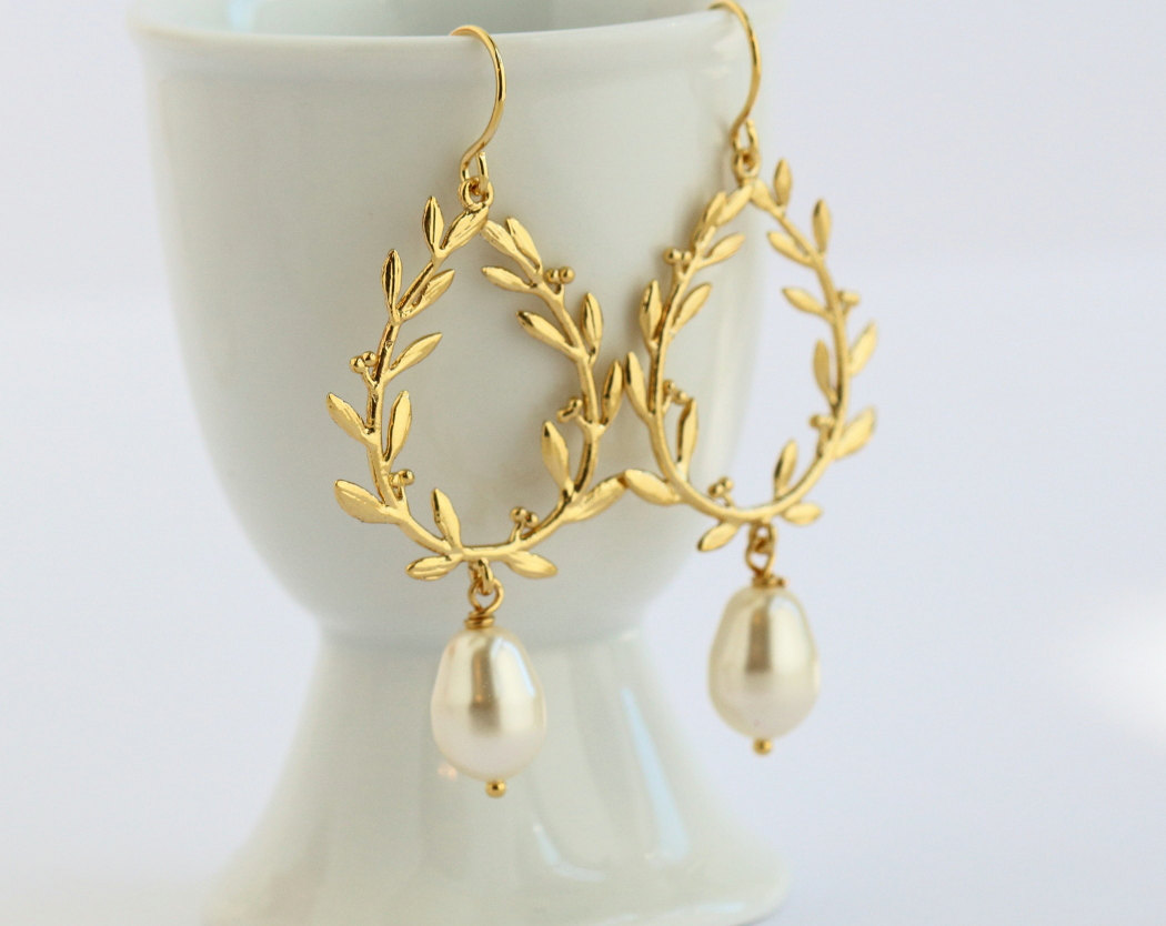 gold laurel wreath earrings | by jacaranda designs | http://emmalinebride.com/bride/pearl-earrings-bride/ | pearl earrings bride
