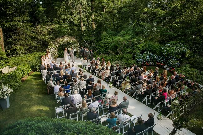 backyard ceremony at Connecticut waterfront wedding - photo: Melani Lust Photography | via https://emmalinebride.com