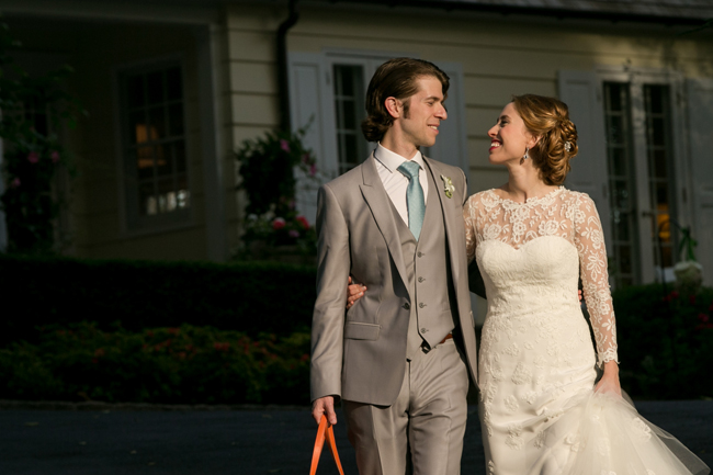 bride and groom at Connecticut waterfront wedding - photo: Melani Lust Photography | via https://emmalinebride.com