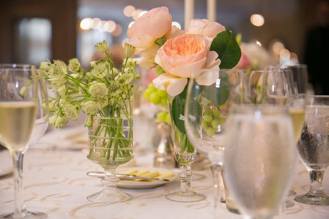 flower centerpieces at Connecticut wedding - photo: Melani Lust Photography | via https://emmalinebride.com