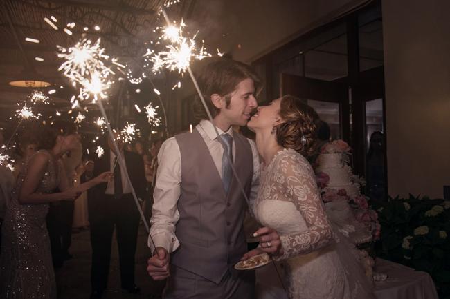 bride and groom sparkler send off at Connecticut waterfront wedding - photo: Melani Lust Photography | via https://emmalinebride.com